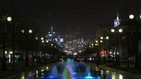 Timelaps bij nachtstad, fontein vooraan en stad, fabriek, oorlogsschipachtergrond Novorossiysk