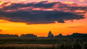 Timelaps con las nubes corrientes sobre el paisaje ruso en la resolución 4K almacen de metraje de vídeo
