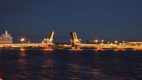 Timelaps De schipzeilen door de ophaalbrug bij nacht Heilige-Petersburg stock video