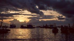 Timelaps del barco de pesca del paisaje marino el tiempo de Koh Tao Beach Warm Light Sunset, mudanza de muchas nubes almacen de metraje de vídeo