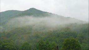 Timelaps des nuages apparaissant en montagnes avant pluie banque de vidéos