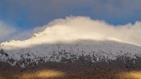 Timelaps des nuages de flottement sous les montagnes banque de vidéos