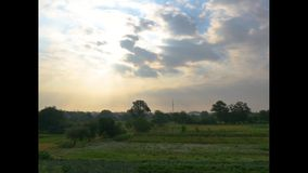 Timelaps di muovere il cielo lanuginoso delle nuvole di mattina archivi video