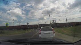 Timelaps do tr?fego perto do cruzamento de estrada de ferro Movimento das nuvens, mudan?a das cores do sinal, passando pelo trem filme
