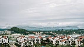 Timelaps, dorpen in de bergen, wanneer het en de zon regent glanst in de herfst De grijze wolken bewegen zich snel over stock video