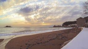 Timelaps gouden zonnig leeg zandig strand stock footage