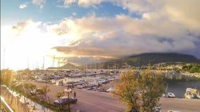 Timelaps gouden zonnige zonsondergang bij jachtmarine stock videobeelden