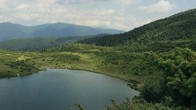 Timelaps Härlig bergsjö i de Carpathians bergen stock video