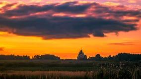 Timelaps mit laufenden Wolken über der russischen Landschaft in der Entschließung 4K stock video footage