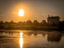 Timelaps-Sonnenuntergang in dem Teich stock footage