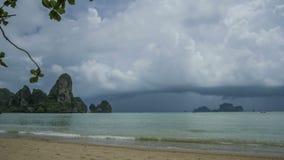 Timelaps van Regenwolken die naar het Strand, Kalksteen Cliff Rocks op Achtergrond, Railay-Strand Krabi Thailand op weg zijn stock video