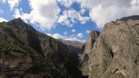 Timelapse与移动的天空阴影和云彩的峡谷峭壁 高加索横向山北部全景 俄国 影视素材