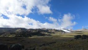 Timelapse与移动的天空阴影和云彩的峡谷峭壁 高加索横向山北部全景 俄国 股票录像