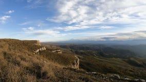 Timelapse与移动的天空阴影和云彩的峡谷峭壁 高加索横向山北部全景 俄国 股票视频