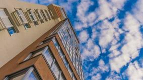 Timelapse反射在一座美丽的高层建筑物的窗口里 股票视频