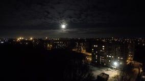 Timelapse在云彩后的月亮奔跑在村庄 影视素材
