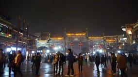 Timelapse在唐人街,中国北京夜市场,霓虹古老商店的人群步行 股票录像