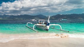Timelapse在海滩Gili海岛,印度尼西亚上的渔夫小船 股票视频