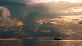 Timelapse在海的风帆船日落的 股票视频