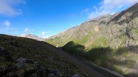 Timelapse峡谷峭壁和山河有移动的天空阴影和云彩的 高加索横向山北部全景 俄国 股票录像