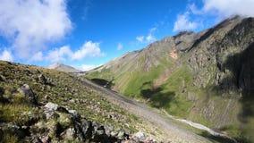 Timelapse峡谷峭壁和山河有移动的天空阴影和云彩的 高加索横向山北部全景 俄国 股票视频