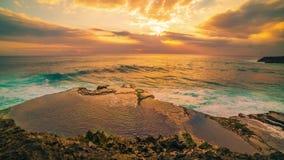 Timelapse峭壁和海洋以五颜六色的日落为背景在海岛努沙Lembongan,巴厘岛,印度尼西亚 股票录像