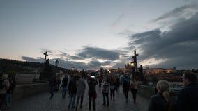 Timelapse观点的美丽如画的查理大桥的,布拉格,捷克走的人 股票录像