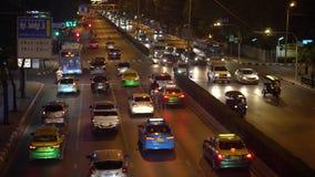 Timelapse,在交叉路的繁忙的交通在街市 在一条繁忙的大道的堵车在下班时间在晚上 影视素材