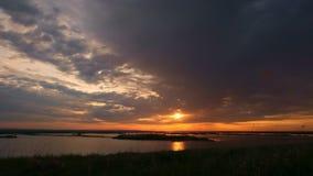 Timelapse,在河的夏天日落,连续云彩 影视素材
