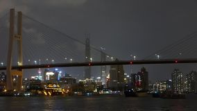 Timelapse,在河的繁忙的运输,横跨海桥梁,明亮地都市大厦 影视素材