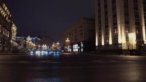 Timelapse Σταυροδρόμια της πόλης νύχτας Μεγαλοπρεπής αρχιτεκτονική, στο κέντρο της πόλης κυκλοφορία αυτοκινήτων απόθεμα βίντεο