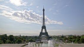 Timelapse Эйфелевой башни Парижа на дневном свете в летнем дне ПАРИЖ, ФРАНЦИЯ - АВГУСТ акции видеоматериалы