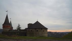 Timelapse, świt nad miastem stary kasztel zbiory