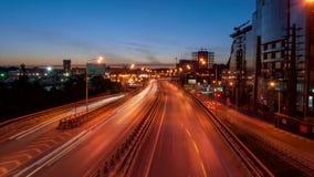 Timelapse Αυτοκίνητα που αφήνουν ένα ίχνος των προβολέων τη νύχτα στην οδό Siversa στο Ροστόφ Don στην άποψη από τη γέφυρα φιλμ μικρού μήκους
