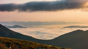 Timelapse Δυναμικός ουρανός στο βουνό κατά τη διάρκεια της αυγής φιλμ μικρού μήκους