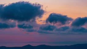 Timelapse Δυναμικός ουρανός στο βουνό κατά τη διάρκεια της αυγής απόθεμα βίντεο
