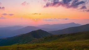 Timelapse Δυναμικός ουρανός στο βουνό κατά τη διάρκεια του ηλιοβασιλέματος απόθεμα βίντεο