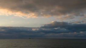 Timelapse ενός ηλιοβασιλέματος σε Άγιος-Malo πέρα από τη θάλασσα μια νεφελώδη θυελλώδη ημέρα το καλοκαίρι απόθεμα βίντεο