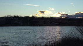 (timelapse) ηλιοβασίλεμα πέρα από τη μερική παγωμένη λίμνη φιλμ μικρού μήκους