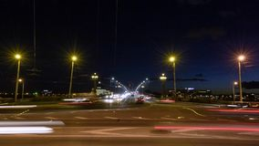 Timelapse μιας κυκλοφορίας που πηγαίνει μετά από τη κάμερα και που διασχίζει τη γέφυρα τη νύχτα απόθεμα βίντεο