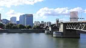 Timelapse ορίζοντας του Πόρτλαντ, Όρεγκον από τη γέφυρα πέρα από τον ποταμό Willamette 4K απόθεμα βίντεο