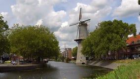 Timelapse Παραδοσιακός ανεμόμυλος της Ολλανδίας σε ένα κανάλι στην πόλη Schiedam κοντά στο Ρότερνταμ, Netherlans φιλμ μικρού μήκους