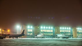 Timelapse που πυροβολείται της ρουτίνας αερολιμένων Sheremetyevo στη χειμερινή νύχτα, Μόσχα απόθεμα βίντεο