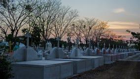 Timelapse, σταυρός στο νεκροταφείο και ρέοντας ηλιοβασίλεμα σύννεφων ως ημέρα στη νύχτα στο νεκροταφείο φιλμ μικρού μήκους