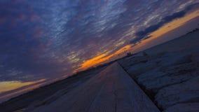Timelapse στο ανάχωμα θάλασσας στο ηλιοβασίλεμα το βράδυ απόθεμα βίντεο