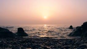 Timelapse της ανατολής επάνω από τη θάλασσα με τους βράχους στο νερό απόθεμα βίντεο