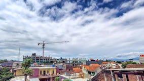 Timelapse της επικής μετακίνησης σύννεφων στην κορυφή ενός εργοτάξιου οικοδομής απόθεμα βίντεο