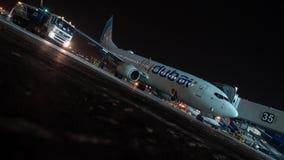 Timelapse της κυκλοφορίας μεταφορών και του αεροπλάνου Flydubai που επιβιβάζονται τη νύχτα φιλμ μικρού μήκους