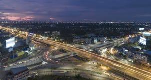 Timelapse της κυκλοφορίας πόλεων νύχτας στη διασταύρωση κυκλικής κυκλοφορίας κύκλων διατομής οδών στάσεων 4 τρόπων στη Μπανγκόκ,  φιλμ μικρού μήκους