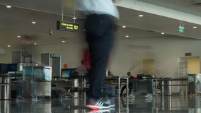 Timelapse της κυκλοφορίας ανθρώπων στο σημείο ελέγχου ασφαλείας αεροδρομίου φιλμ μικρού μήκους